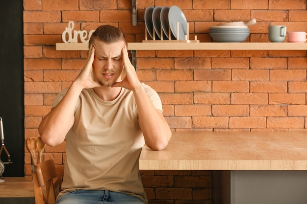 Giovane preoccupato in cucina