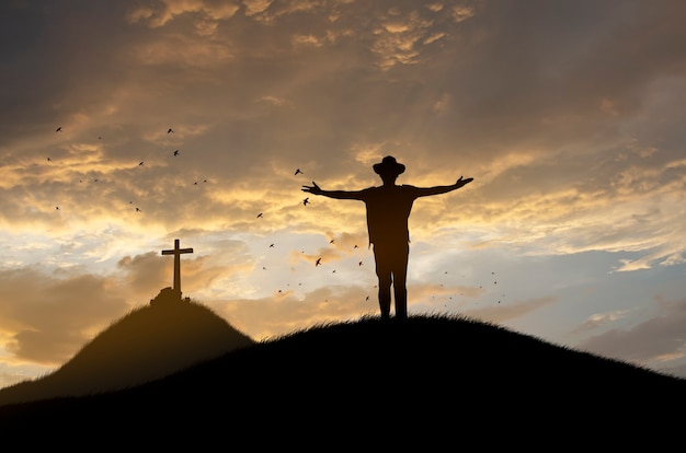 Concetto di culto: silhouette presso la croce di gesù.