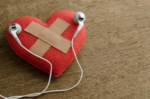Cuore ferito ascolta musica