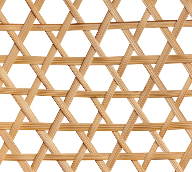 Cestino di bambù intrecciato su sfondo bianco