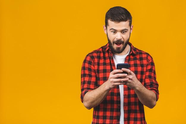Wow, ottime notizie! uomo felice in sms di battitura a macchina casuale.