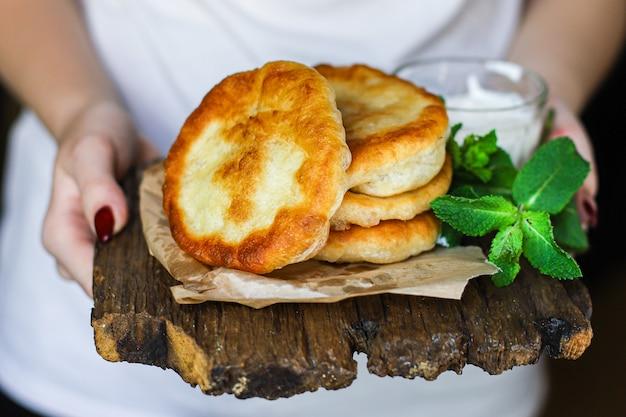 Avvolgere le tortillas di pane piatto di farina e pasta fritta in acqua fatta in casa