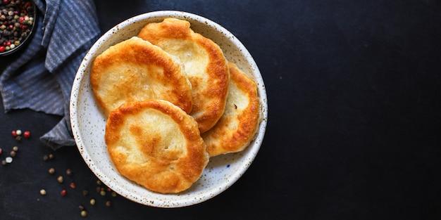 Avvolgere tortillas di pane piatto con farina e acqua langos casalinghi
