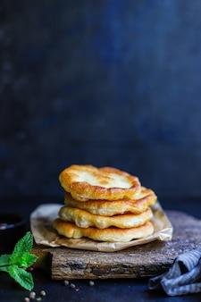 Avvolgere tortillas di pane piatto da farina e acqua cucina casalinga