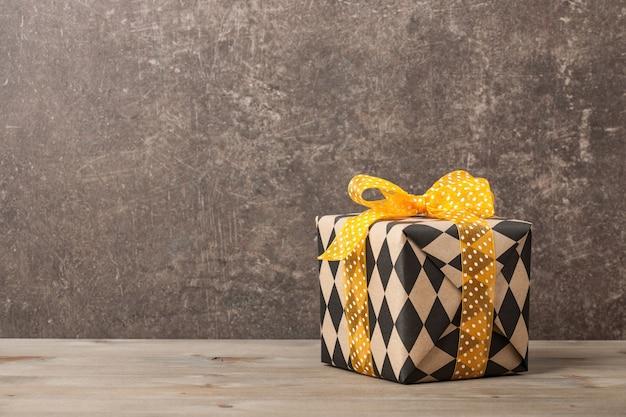 Confezione regalo incartata su tavola di legno
