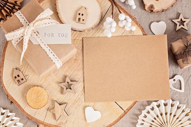 Incartare regali e creare etichette natalizie ecologiche e ornamenti in colori neutri. nessun concetto di celebrazione di natale di plastica, rifiuti zero. vista dall'alto, piatto