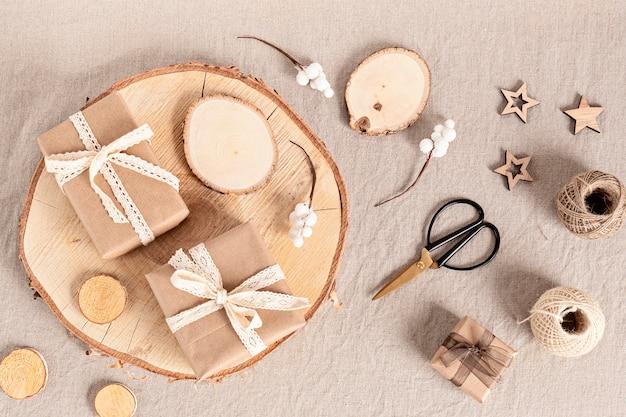 Incartare regali e creare etichette natalizie ecologiche e ornamenti in colori neutri. nessun concetto di celebrazione di natale di plastica, rifiuti zero. vista dall'alto, layfla piatta