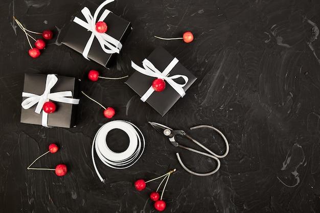 Confezionamento di regali di natale o di compleanno moderni.