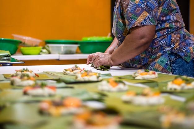 Avvolgere tamales piatto latino-americano.