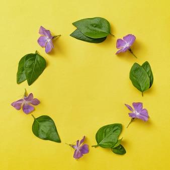 Corona o cornice per invito con fiori e foglie di pervinca. invito a nozze contemporaneo o altra celebrazione.