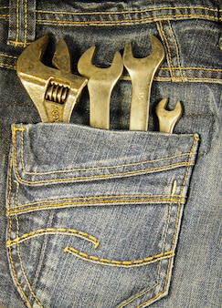 Strumenti chiave nella tasca dei jeans