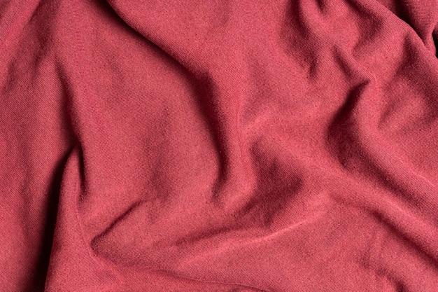 Le onde rugose e spiegazzate della trama tessile dei vestiti colorati
