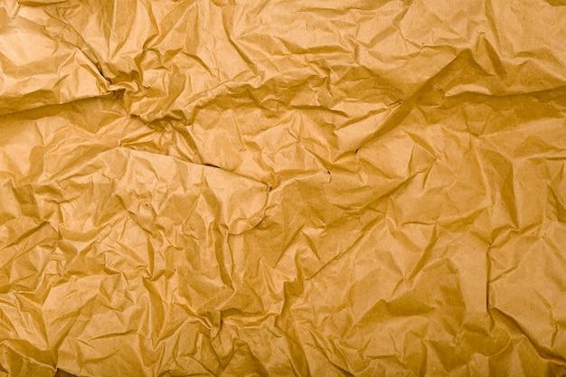 Texture di carta kraft spiegazzata. sfondo vintage marrone naturale