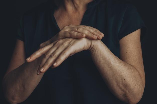 Concetto di dolore al polso. mani della donna.