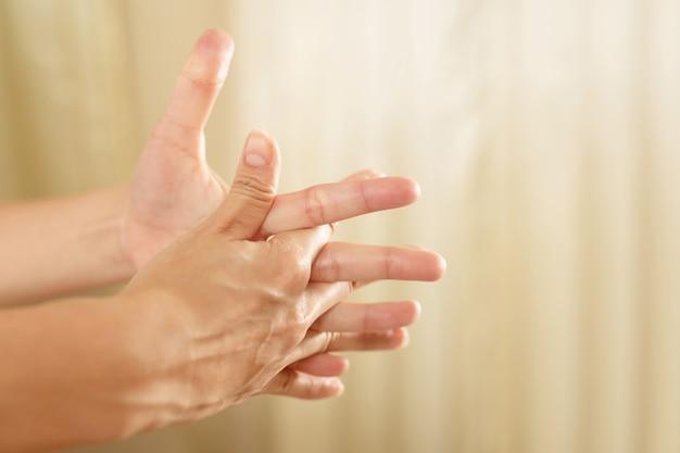 Il dolore al polso è uno dei sintomi