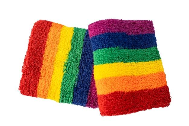 Bandierina di colore dell'arcobaleno dei braccialetti isolata su fondo bianco, simbolo del mese di orgoglio di lgbt.