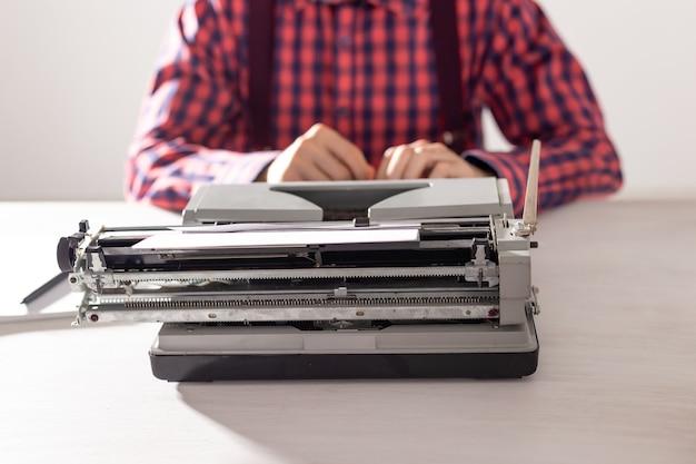 Scrittore che lavora alla macchina da scrivere