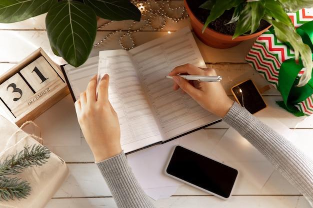 Scrive desideri, sogni e obiettivi che fanno piani per capodanno e natale