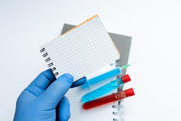 Scrivere importanti note mediche test di laboratorio nuovi virus medicina malattia prevenzione delle infezioni ricerca di farmaci virali studi scientifici piani di trattamento Foto Premium