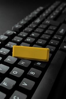 Scrittura di argomenti online interessanti, digitazione di messaggi di annuncio dell'ufficio, risoluzione dei problemi di apparecchiature, strumento moderno, connessioni globali, elaborazione dei dati, apprendimento di cose nuove