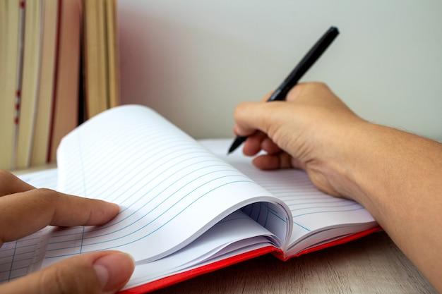 Scrivere in libri di quaderni in background messa a fuoco selettiva