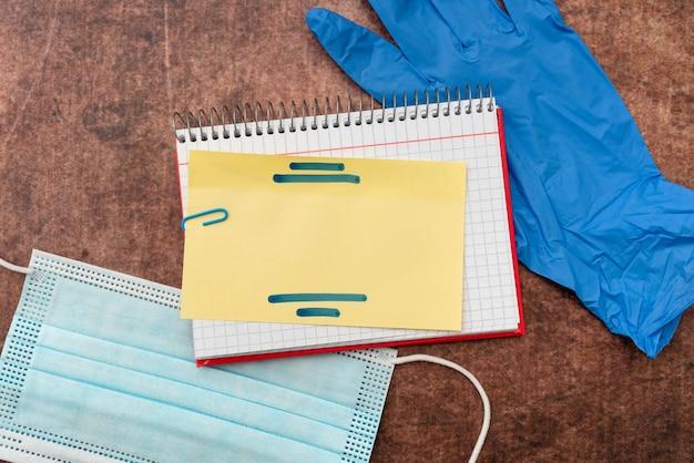 Scrivere medicina su prescrizione test di laboratorio analisi di virus prendere appunti importanti studi scientifici piani di trattamento forniture mediche attrezzature strumenti Foto Premium