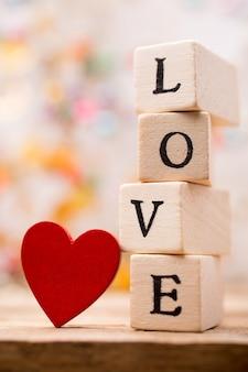 Scritto su blocchi di legno amore e cuore rosso