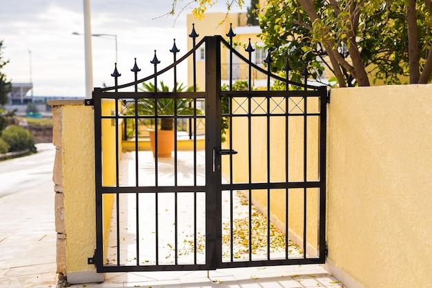 Cancello in ferro battuto. ingresso chiuso al territorio privato.