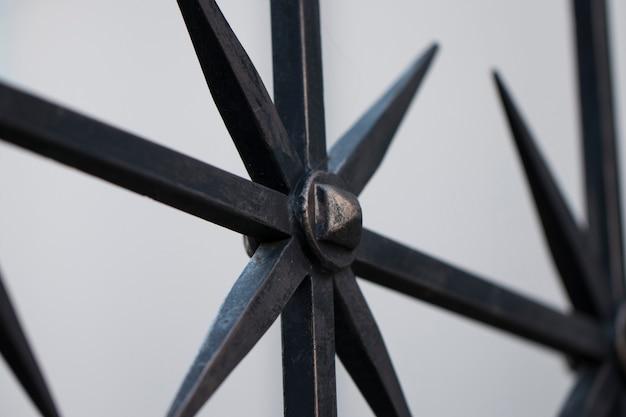 Recinzione in ferro battuto vecchio stile. protezione