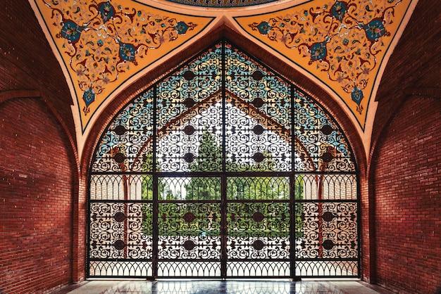 Cancelli in ferro battuto per il mausoleo di imamzadeh
