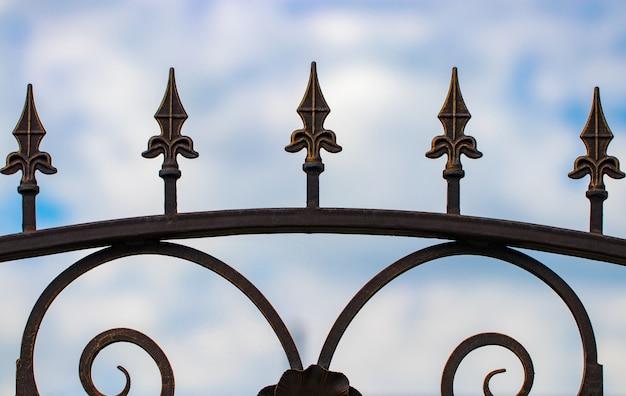 Cancelli in ferro battuto, forgiatura ornamentale, primo piano elementi forgiati