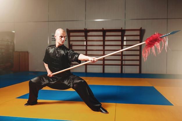 Maestro di wushu che si allena con la lancia, arti marziali