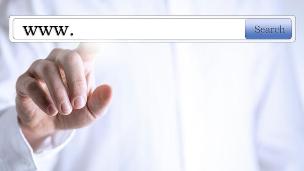 Www nella casella di ricerca sullo schermo virtuale.