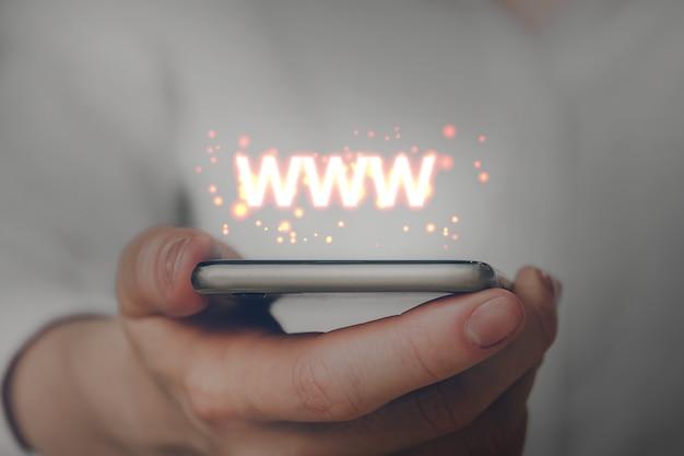 Www - world wide web su internet tramite uno smartphone. Foto Premium
