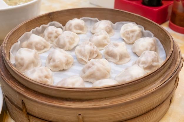 Panini gnocchi di zuppa lunga xiao bao con le bacchette nel ristorante (cibo tradizionale cinese)