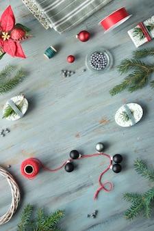 Sfondo di natale con ramoscelli di abete albero di natale, scatole regalo e decorazioni in rosso, bianco e verde.
