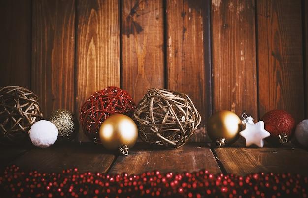 Sfondo di decorazione di natale con palline per albero di natale e stella