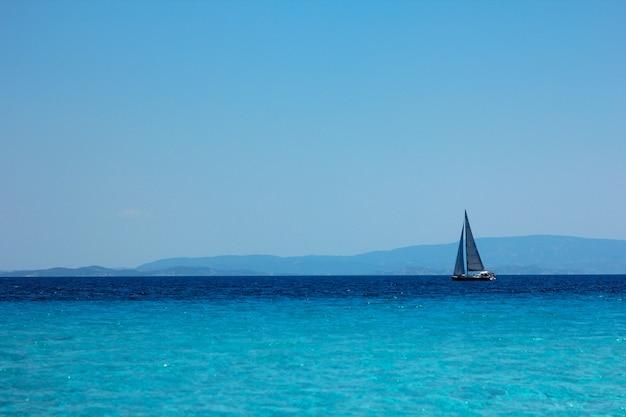 Yacht sul mare blu in estate in grecia