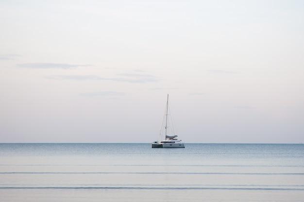 Uno yacht galleggia sul mare al mattino