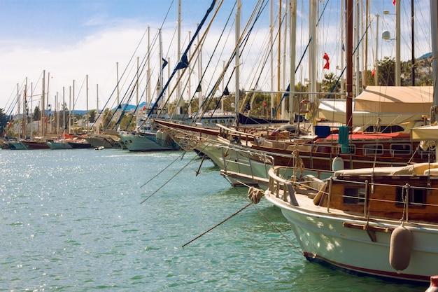 Parcheggio per yacht nel porto del mar egeo. turchia bodrum. paesaggio marino