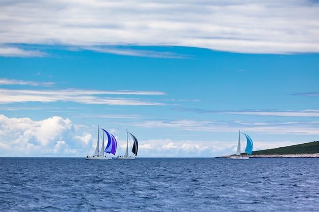 Regata di yacht sul mare adriatico in caso di vento. inquadratura orizzontale
