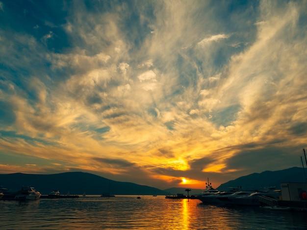 Yacht in mare al tramonto silhouette di uno yacht sul backgro