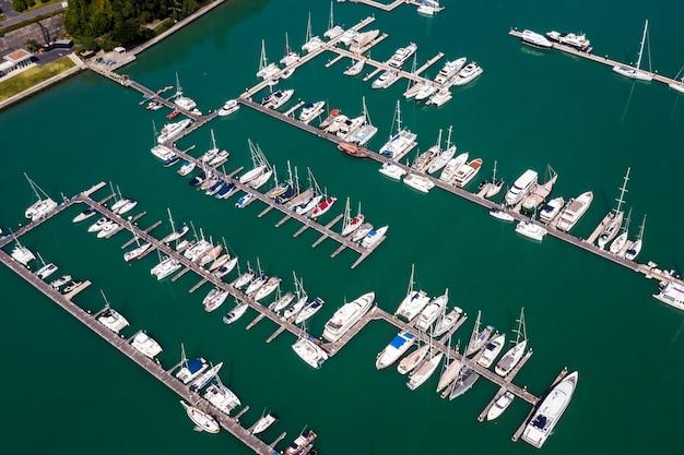 Yacht e barche a marina bay a phuket thailandia vista aerea