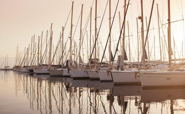 Yachts marina yacht a motore a vela ormeggiati sulla riva