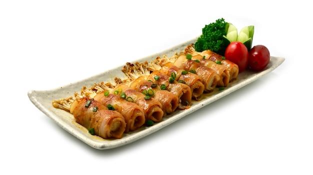 Yakitori pancetta grigliata e funghi golden needle avvolti con salsa teriyaki