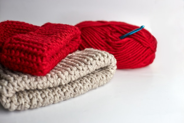 Gomitolo di lana e cappelli lavorati a maglia