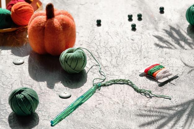 Gomitoli di filato, uncinetto con filo, zucche decorative