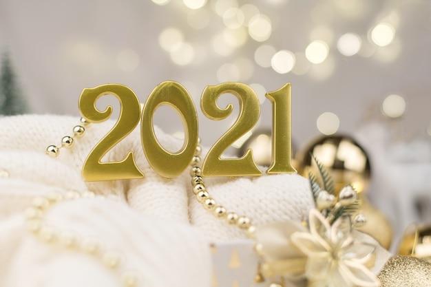 Numeri dell'anno 2021 su sfondo dorato bokeh umore del nuovo anno, natale, biglietto di auguri, sfondo del nuovo anno