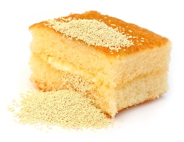 Lievito con pane su sfondo bianco