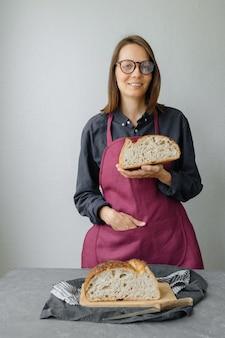 Pane a lievitazione naturale senza lievito una bella fornaia europea tiene il pane nelle sue mani